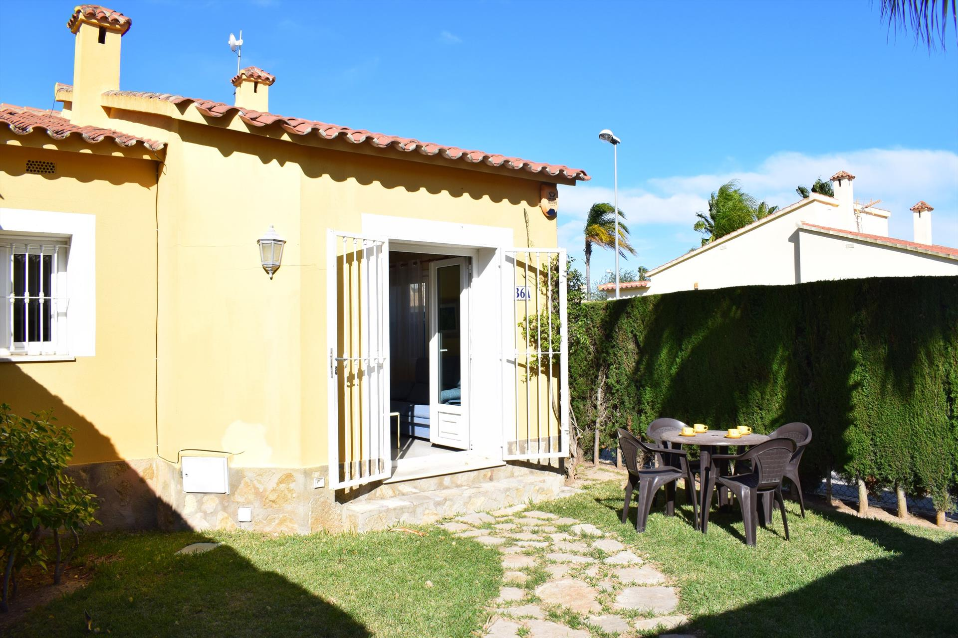 AD1000 Parcela privada junto al Campo de Golf, Wonderful and cheerful house  with communal pool in Oliva, on the Costa Blanca, Spain for 4 persons.....