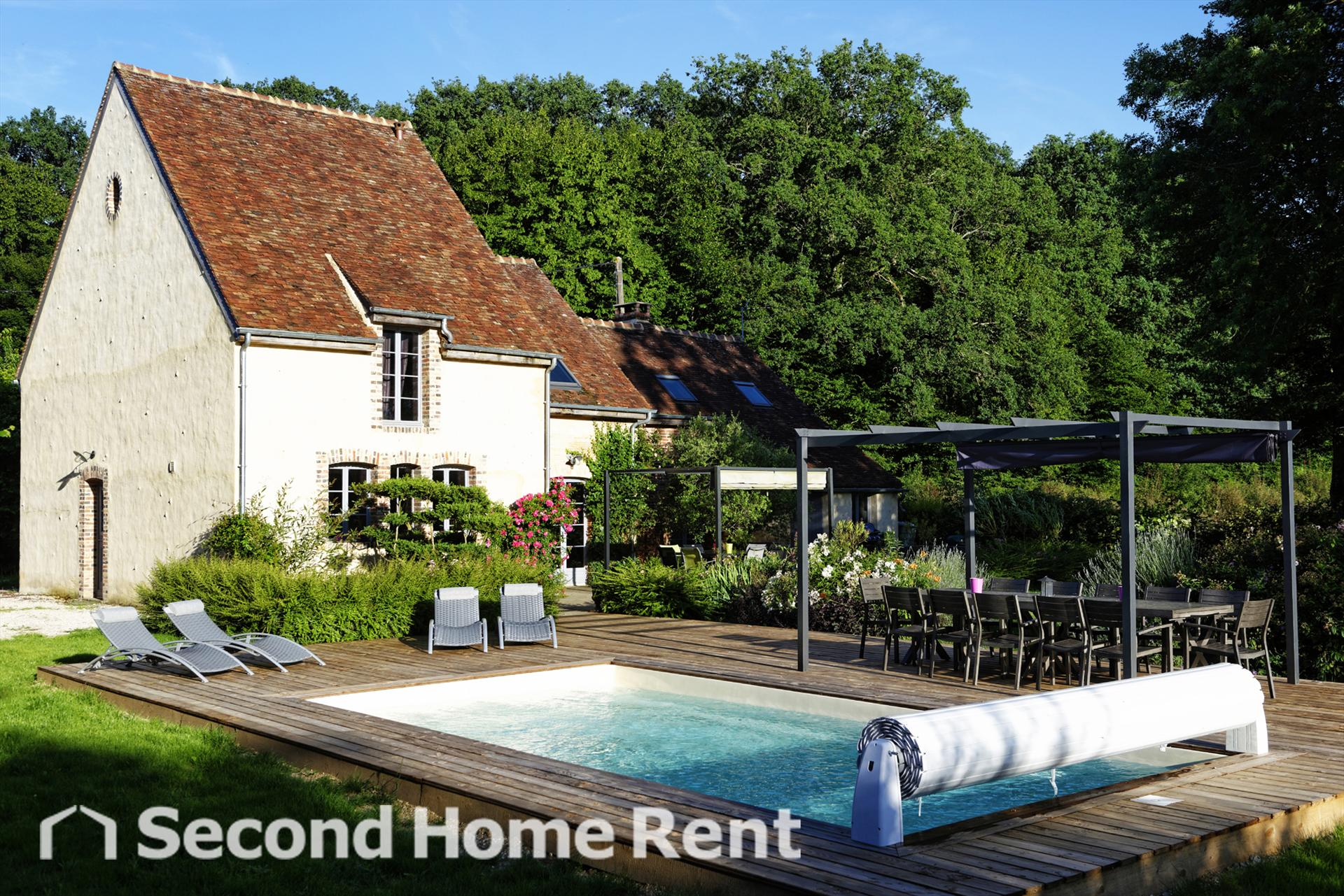 La Maison Agnes short stay, Wonderful and cheerful holiday home in Saint Fargeau en Puisaye, Burgundy, France  with private pool for 12 persons.....