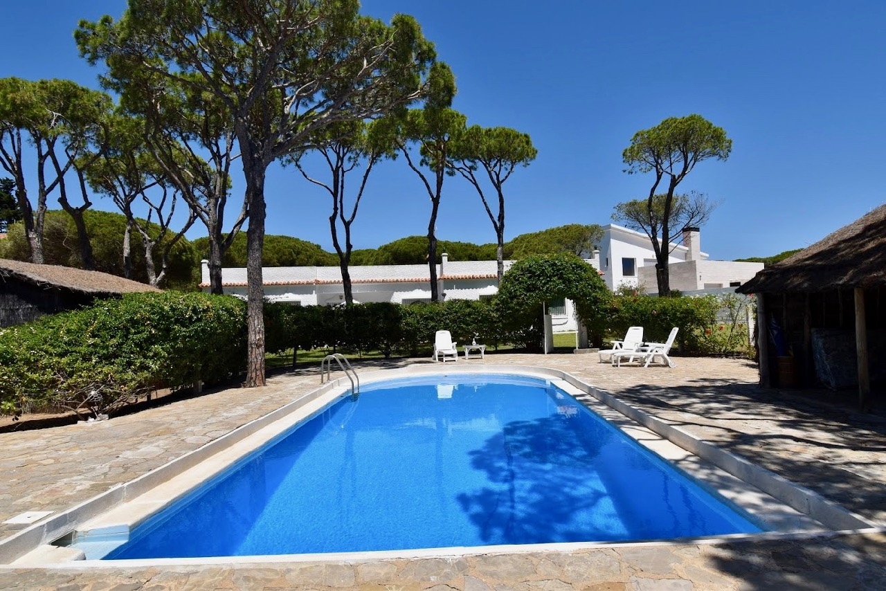 Los Olivos,Villa en Chiclana de la Frontera, Andalucía, España  con piscina privada para 10 personas.....