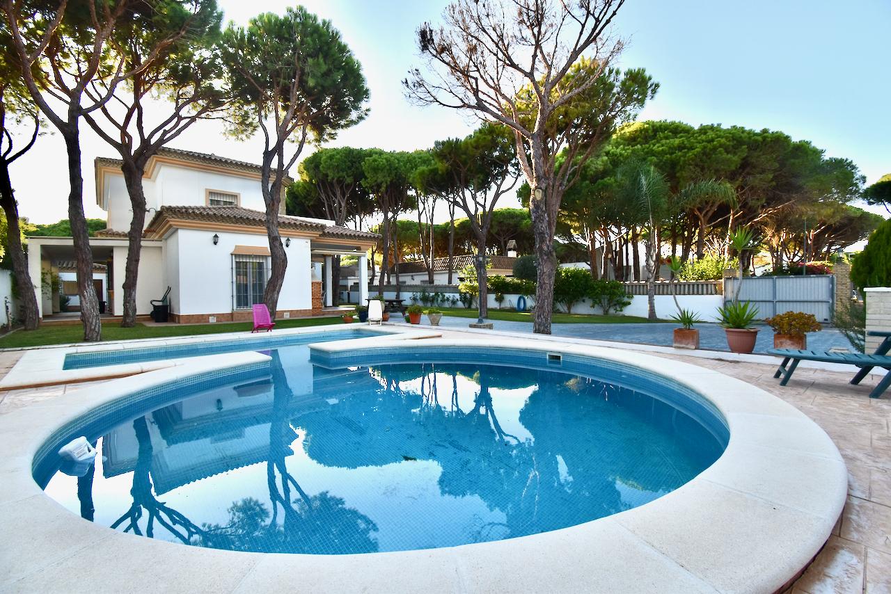 Los Kekos,Villa en Chiclana de la Frontera, Andalucía, España  con piscina privada para 14 personas.....