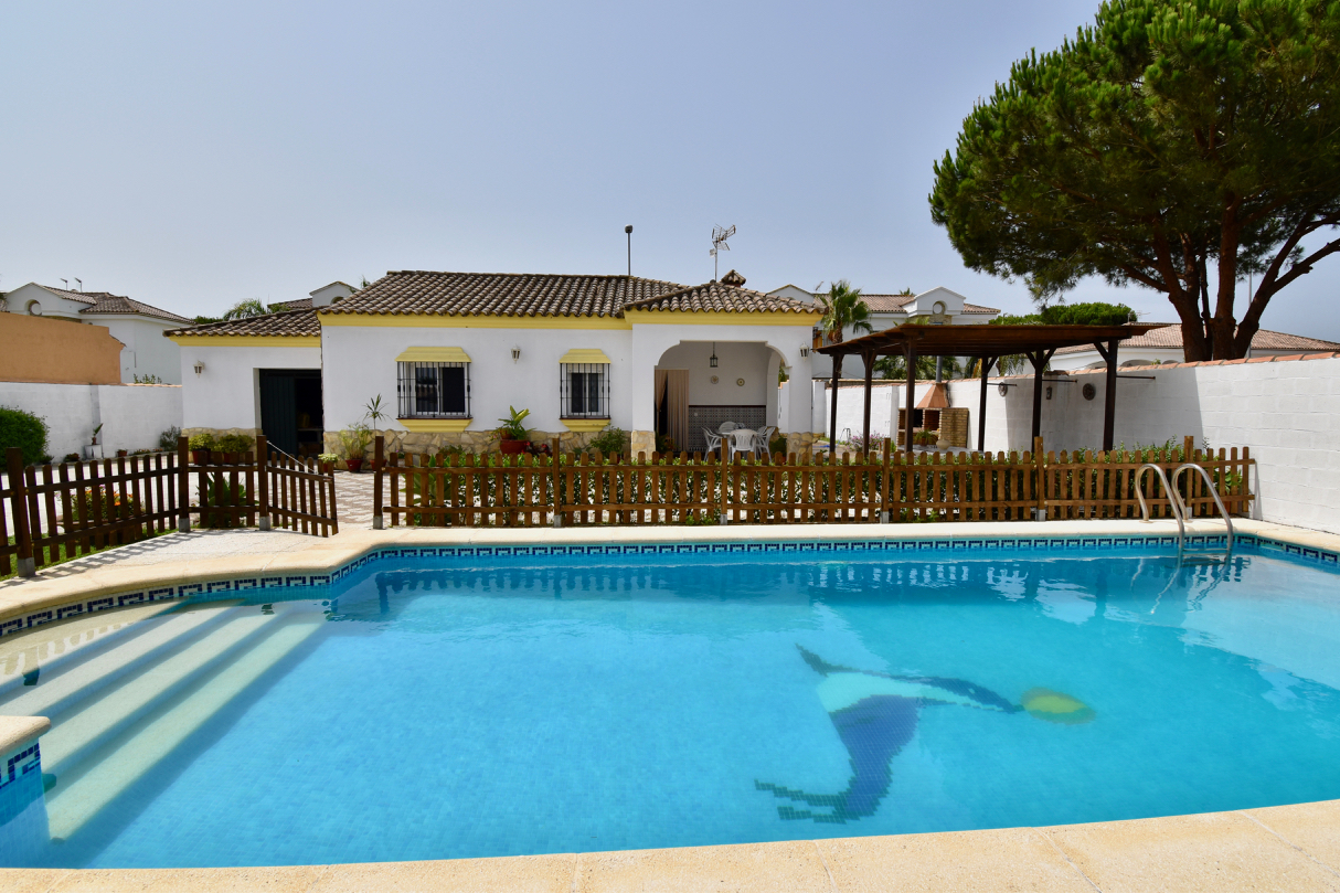 Sirio, Lovely and comfortable villa  with private pool in Chiclana de la Frontera, Andalusia, Spain for 5 persons.....