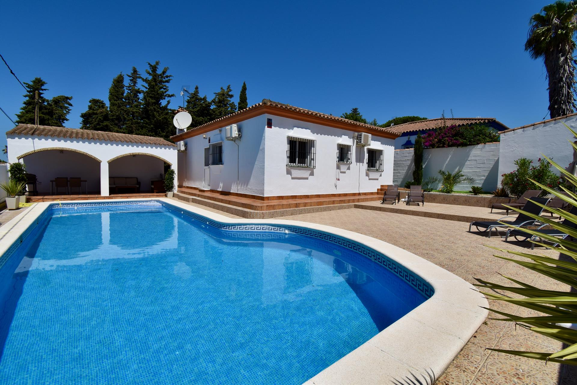 Oliva, Beautiful and comfortable villa  with private pool in Chiclana de la Frontera, Andalusia, Spain for 6 persons.....
