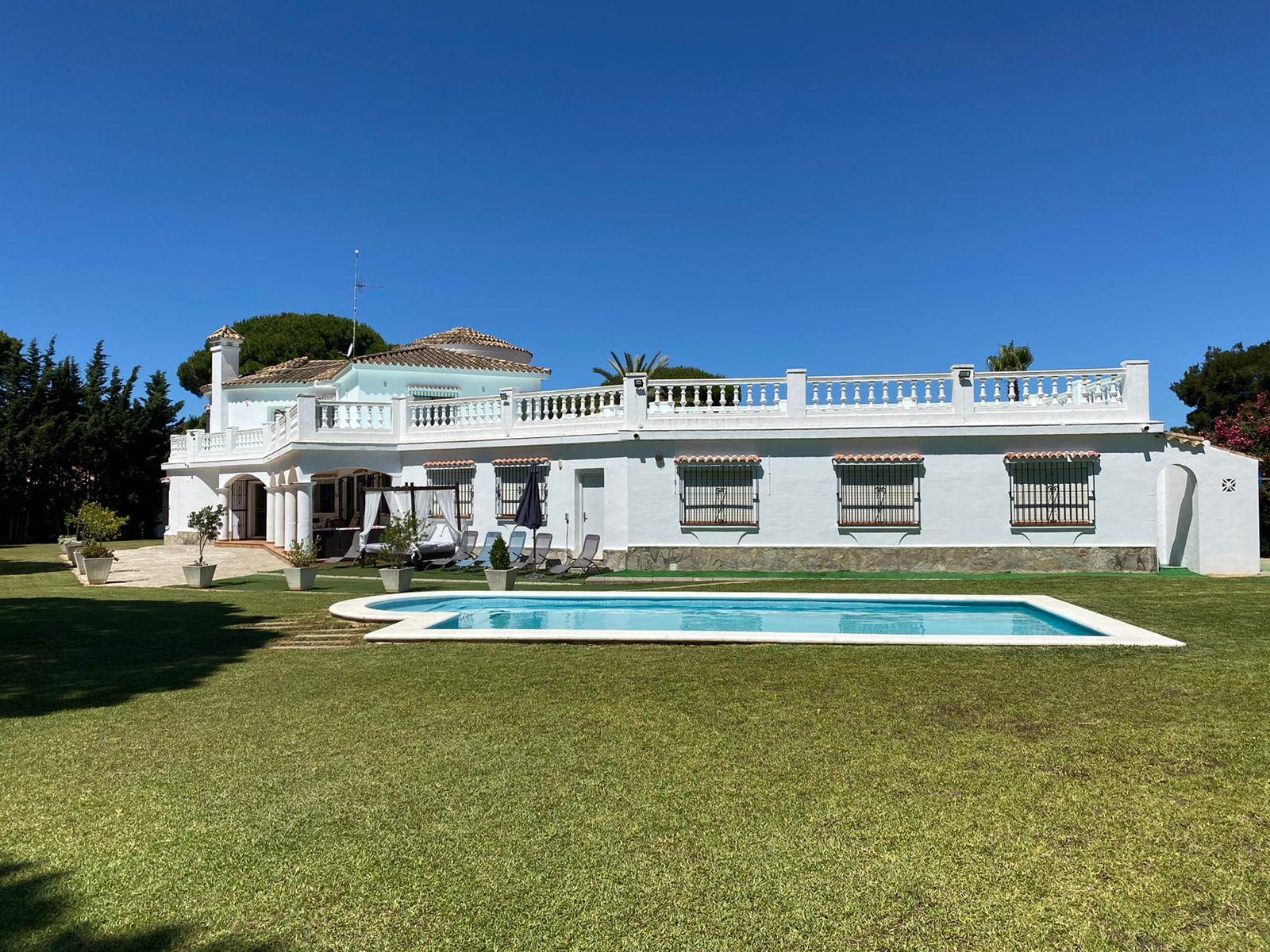 Las Palmeras,Villa grande y clásica  con piscina privada en Chiclana de la Frontera, Andalucía, España para 10 personas.....