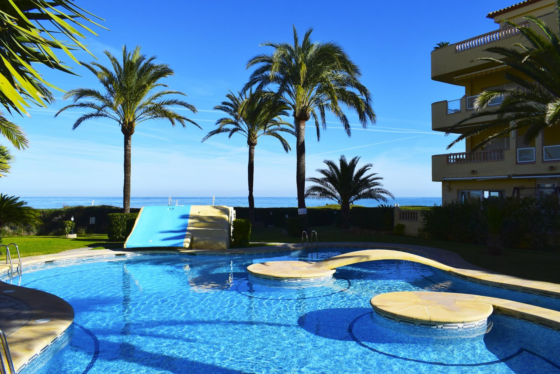 AP3203 Cuatro Dormitorios junto a la Playa y Piscina, Large and comfortable apartment in Denia, on the Costa Blanca, Spain  with communal pool for 7 persons.....