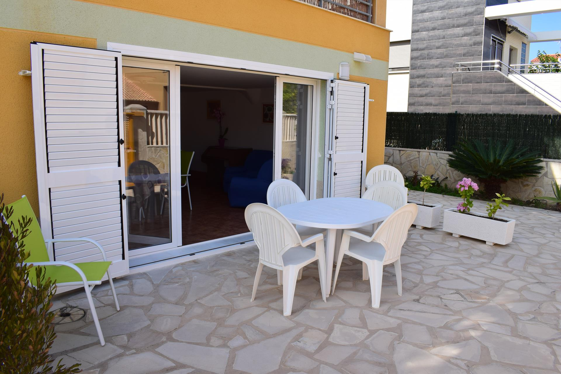 AP90 Playa Pau Pi, Beautiful and cheerful apartment in Oliva, on the Costa Blanca, Spain  with communal pool for 6 persons.....