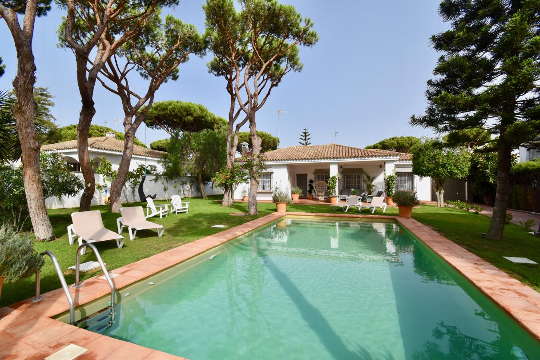 Cai,Villa en Chiclana de la Frontera, Andalucía, España  con piscina privada para 8 personas.....