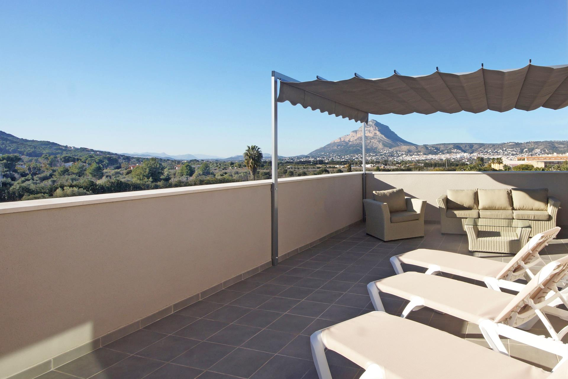 Atico La Haya LT, Beautiful duplex apartment with lovely roof terrace overlooking the mountain Montgo and within walking distance of several.....
