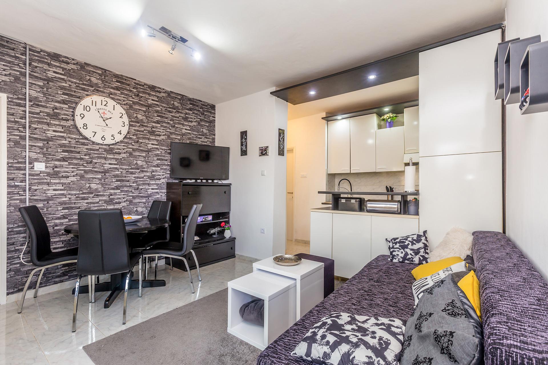 Modern apartment - ground floor, terrace with garden view, private parking,Liebliche und gemütliche Ferienwohnung in Milohnic, Island Krk, Kroatien für 4 Personen...