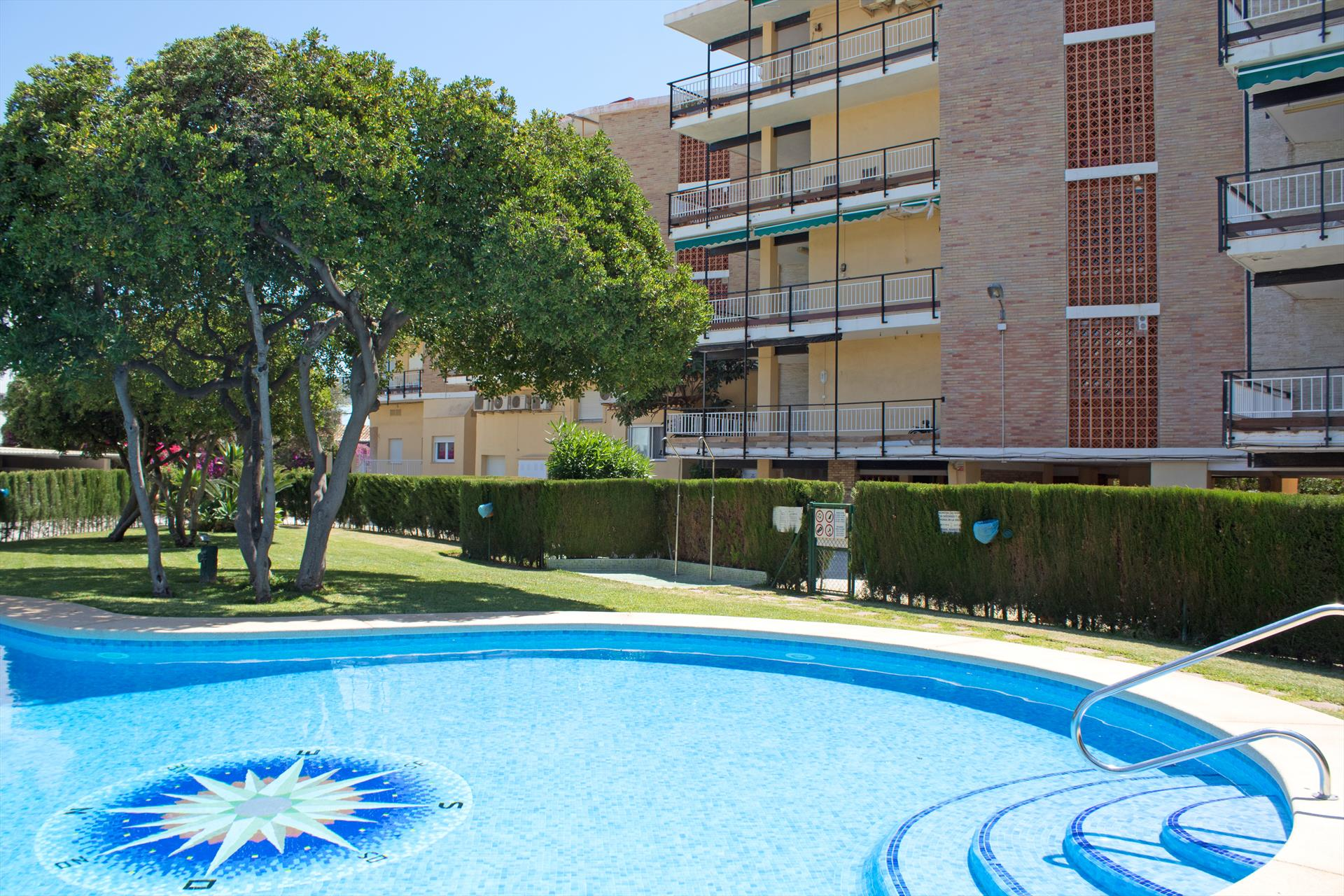 Apartamento El Arenal, Apartment in Javea for 6 people next to the beach El Arenal with communal pool and parking.Basic apartment but equipped.....