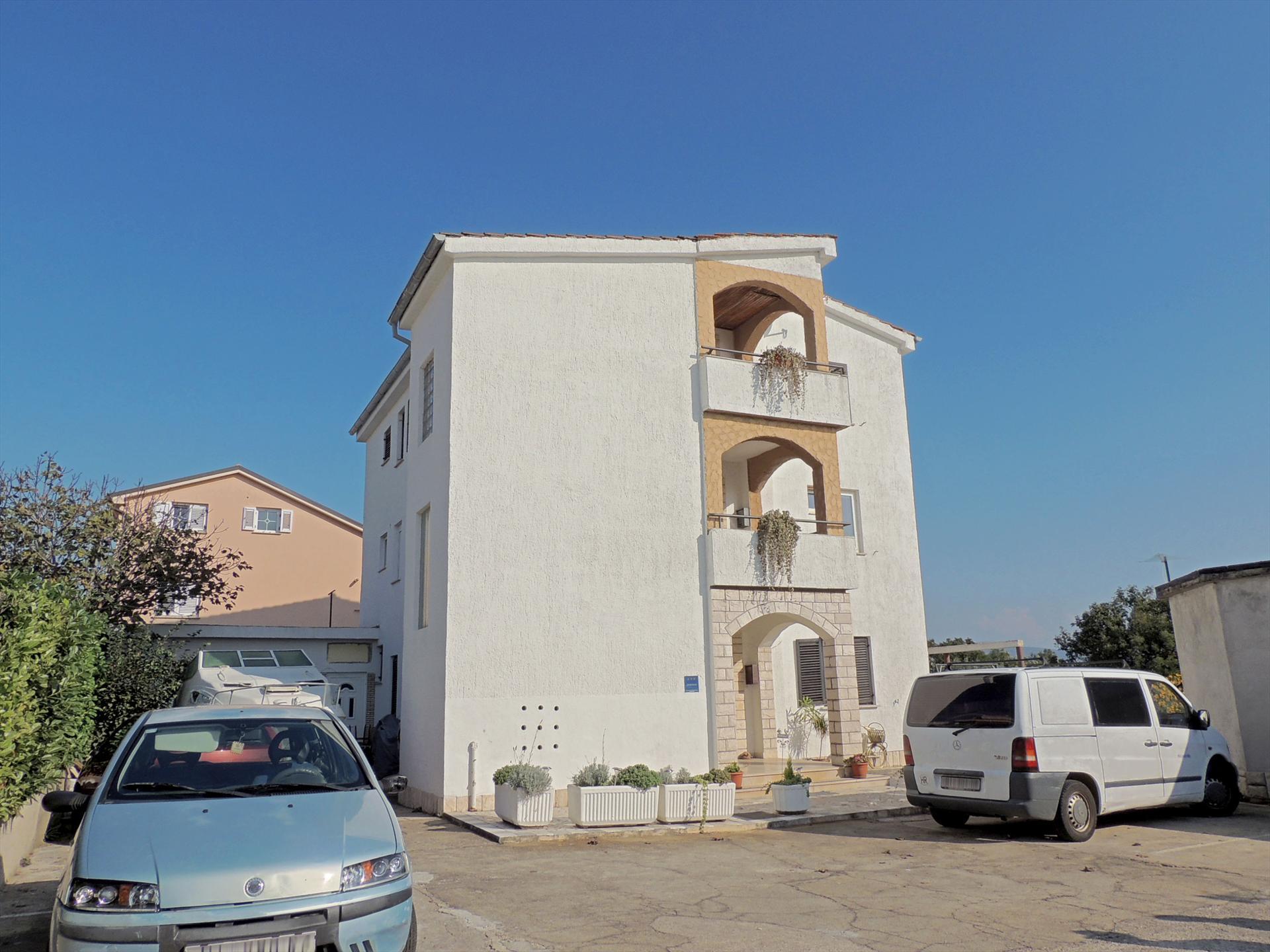 Lovely studio - near the beach, balcony with sea view, private parking, wi-fi,Estudio precioso y romántico en Krk, Island Krk, Croacia para 2 personas...