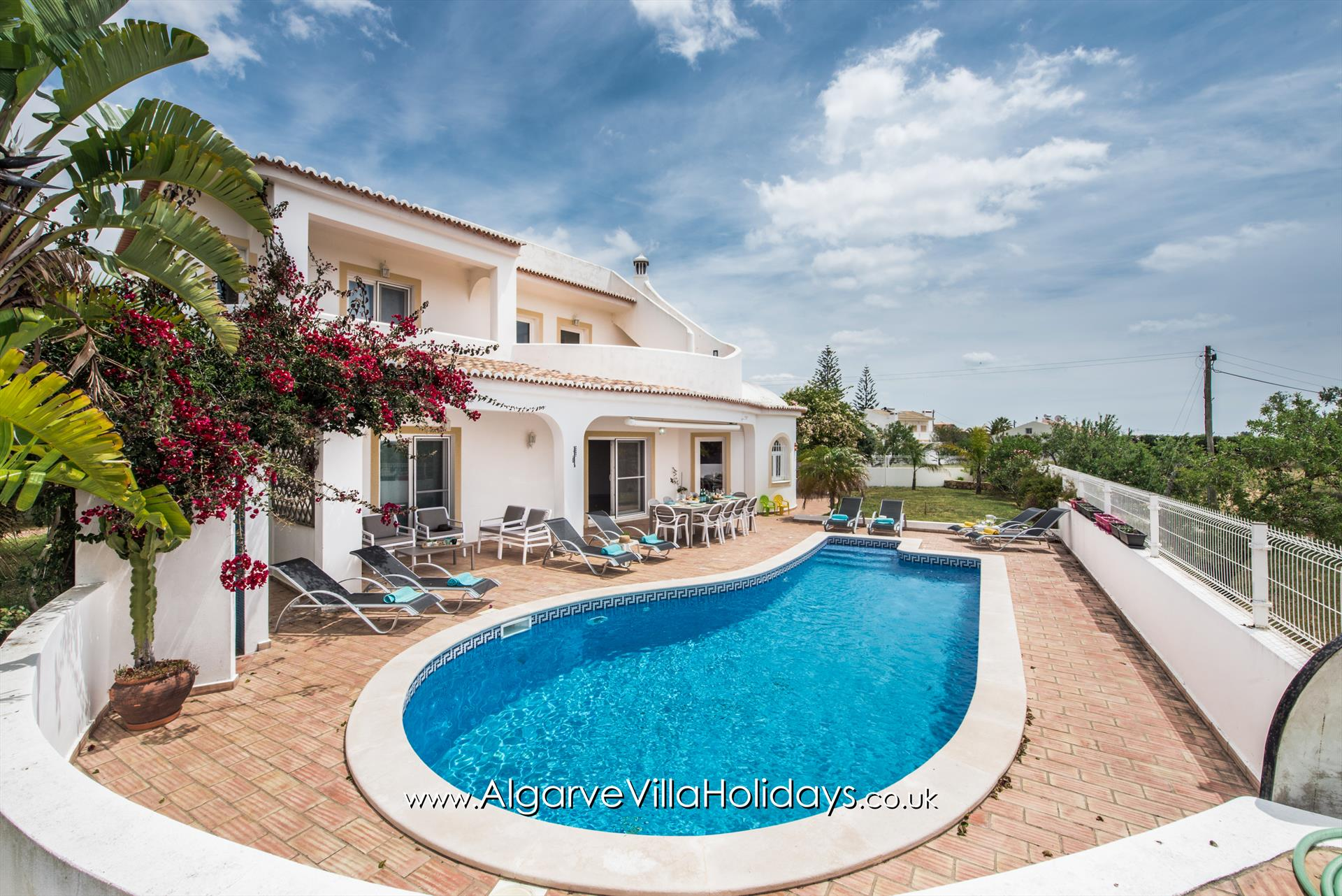 Luz,Lovely and cheerful villa in Guia, on the Algarve, Portugal  with private pool for 8 persons.....