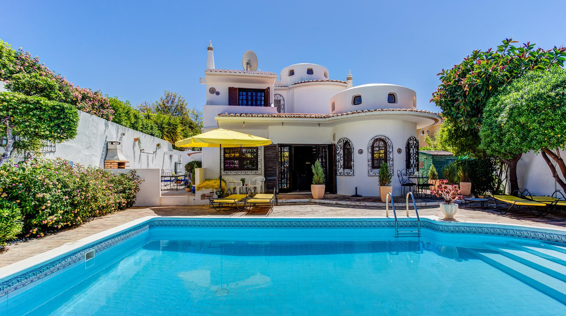 Marrakech, Beautiful and comfortable villa  with private pool in Albufeira, on the Algarve, Portugal for 6 persons.....