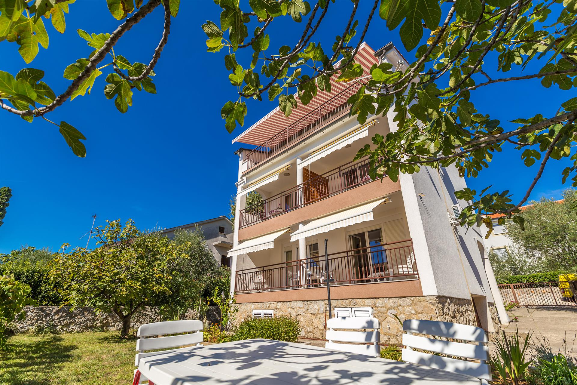 Lovely couple studio - balcony with sea view, near the beach, private parking, Lovely and classic studio in Krk, Island Krk, Croatia for 2 persons...