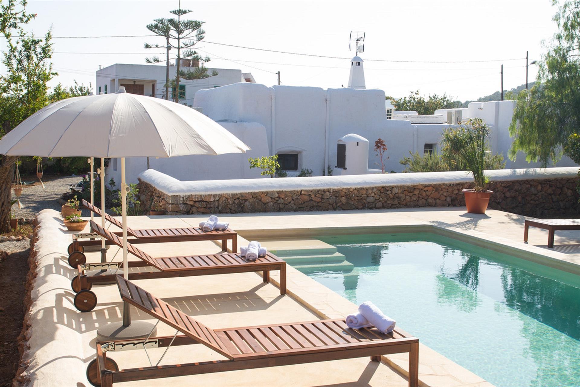 El Cuento,Villa rústica y confortable  con piscina privada en Sa Carroca, Ibiza, España para 8 personas...