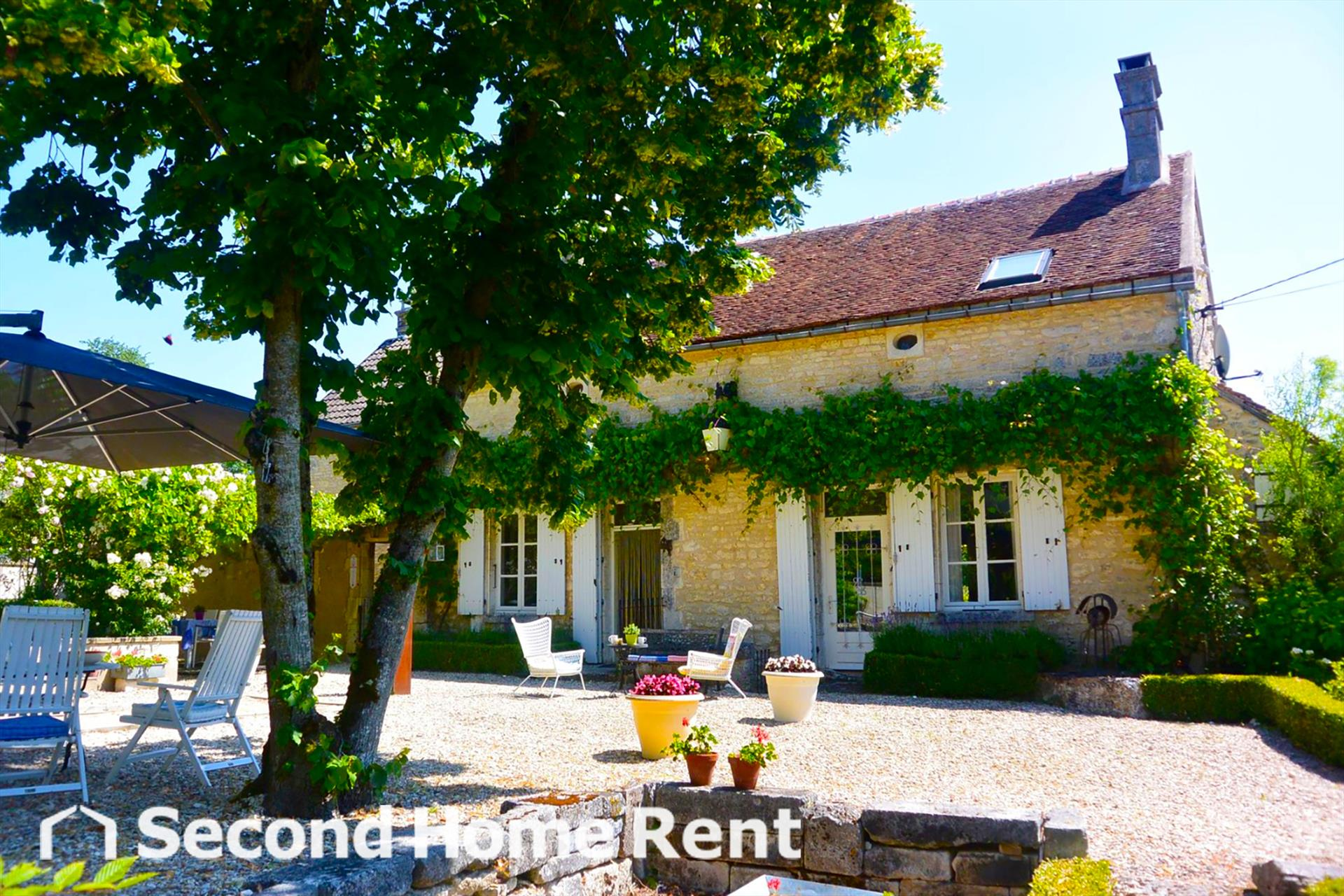 Le Tourbillon, Beautiful and cheerful country house  with heated pool in Lainsecq, Burgundy, France for 6 persons.....