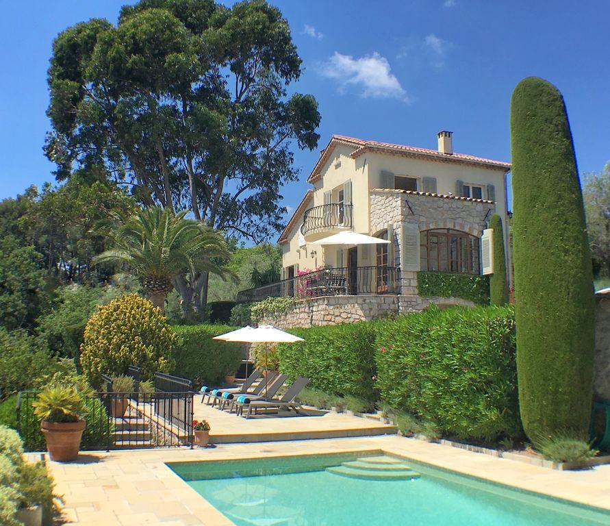 Villa des lauriers, Lovely and classic villa  with heated pool in Mougins, on the Cote d'Azur, France for 7 persons...