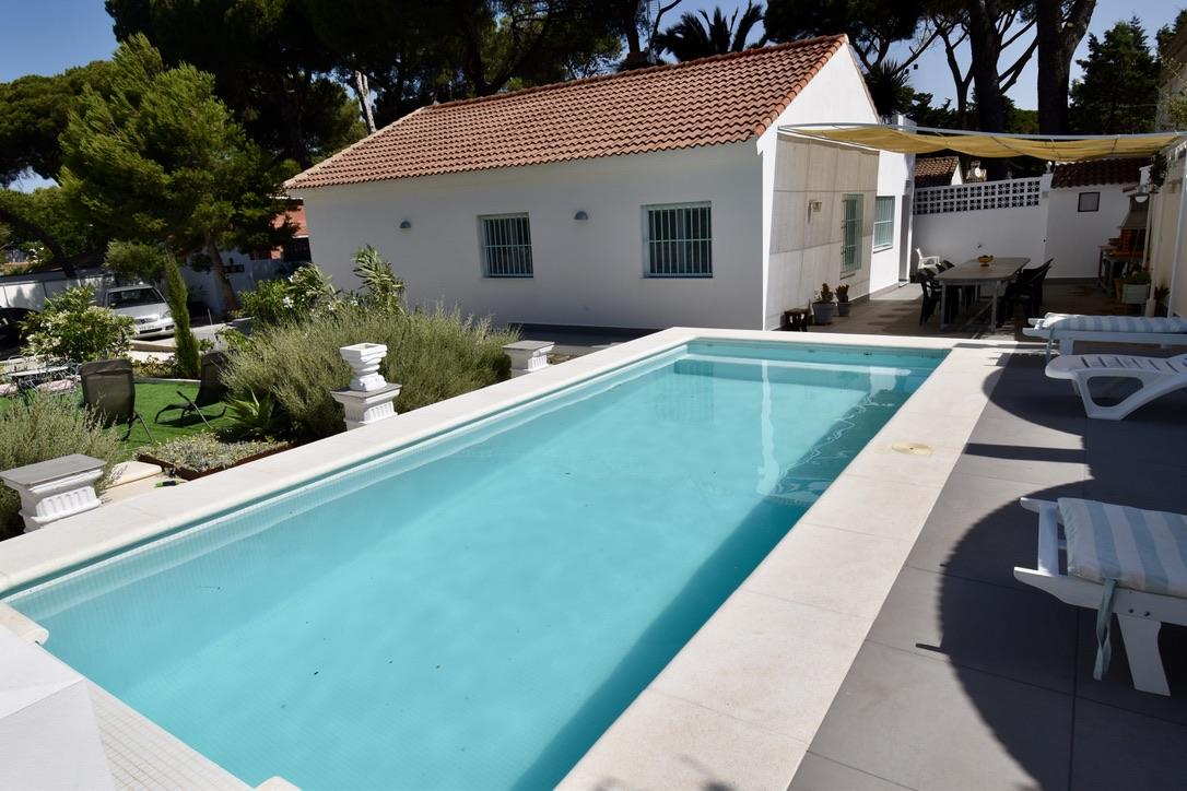 La Morrigna,Villa moderne et confortable  avec piscine privée à Chiclana de la Frontera, Andalousie, Espagne pour 8 personnes.....