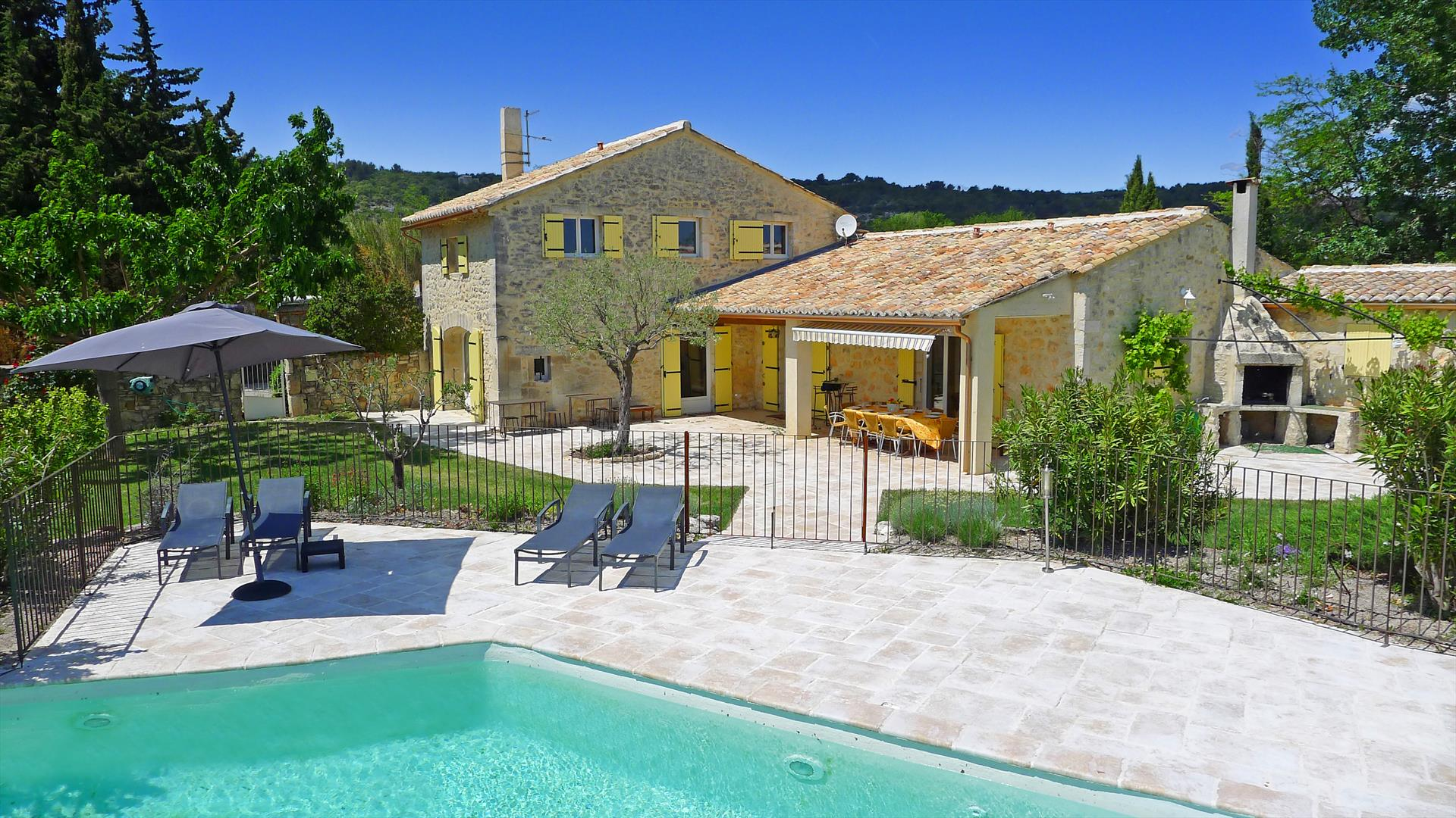 Mas murat, Wonderful and cheerful villa in Saint Restitut, Rhône Alpes, France  with private pool for 11 persons...