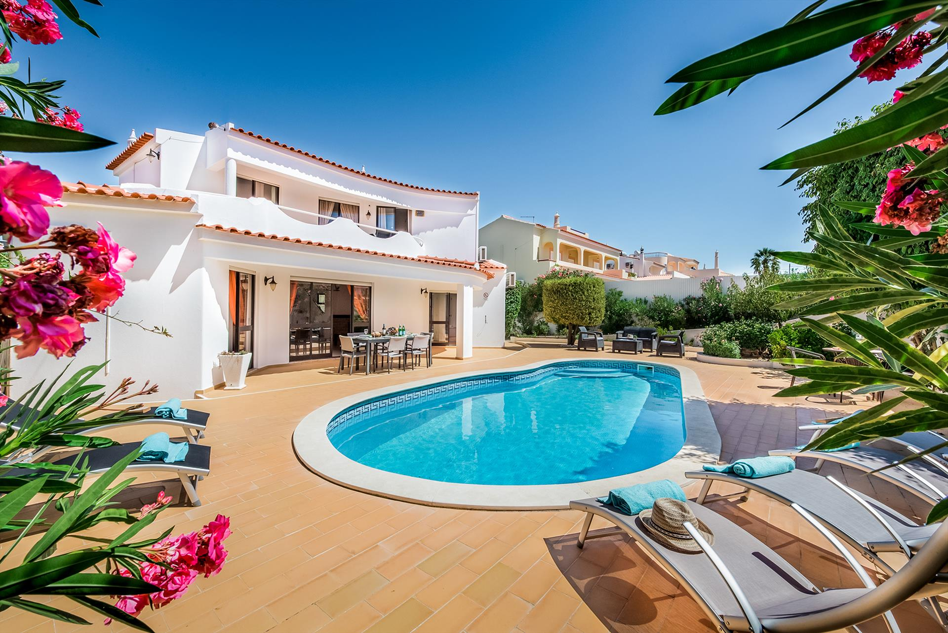 Albufeira Villa LS200, Lovely and comfortable villa in Albufeira, on the Algarve, Portugal  with private pool for 6 persons...