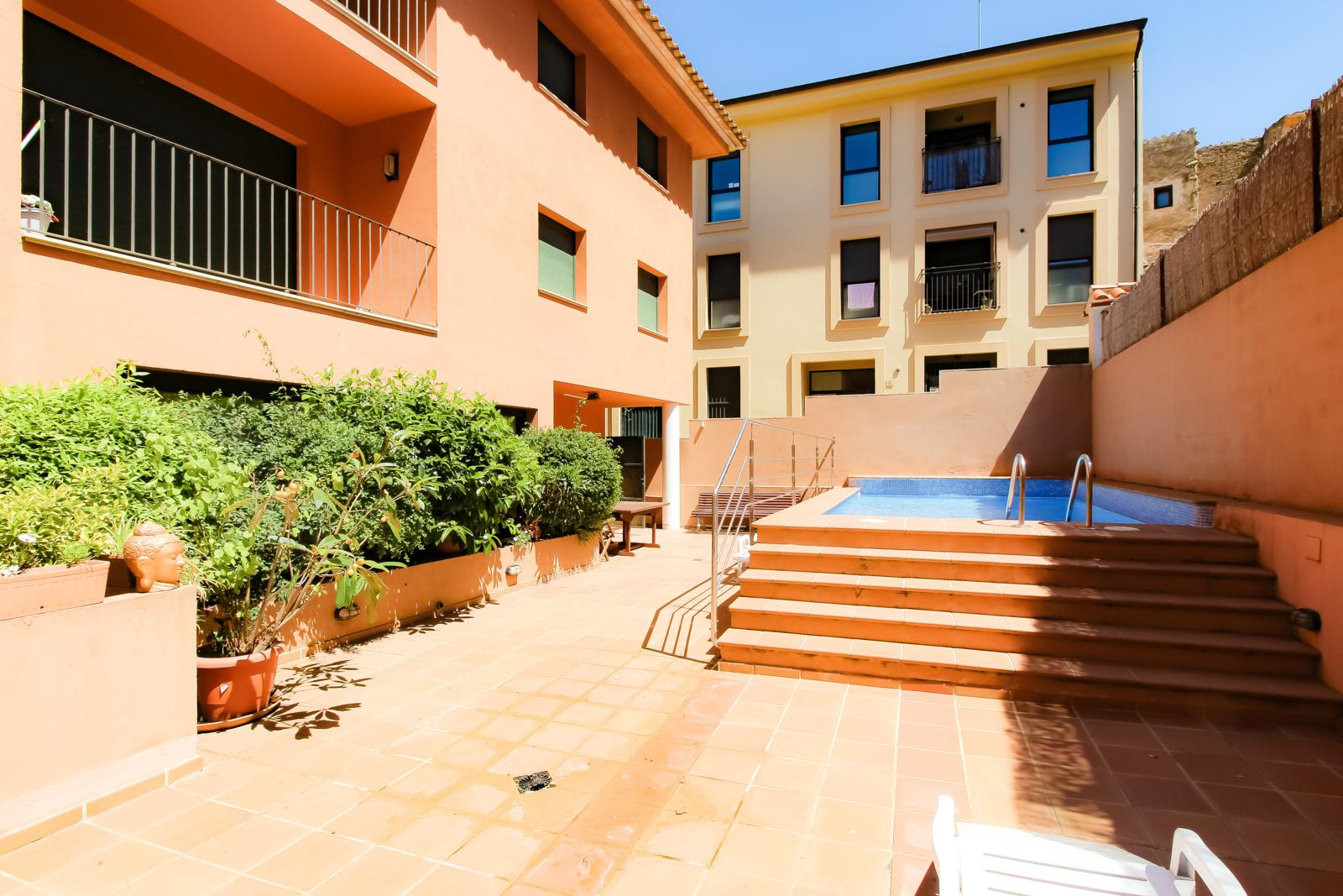 SANT JOSEP apartamento en pleno casco antiguo de Begur dispone de terraza piscina comunitaria y plaza de aparcamiento, Apartment in Begur, on the Costa Brava, Spain  with communal pool for 4 persons.....