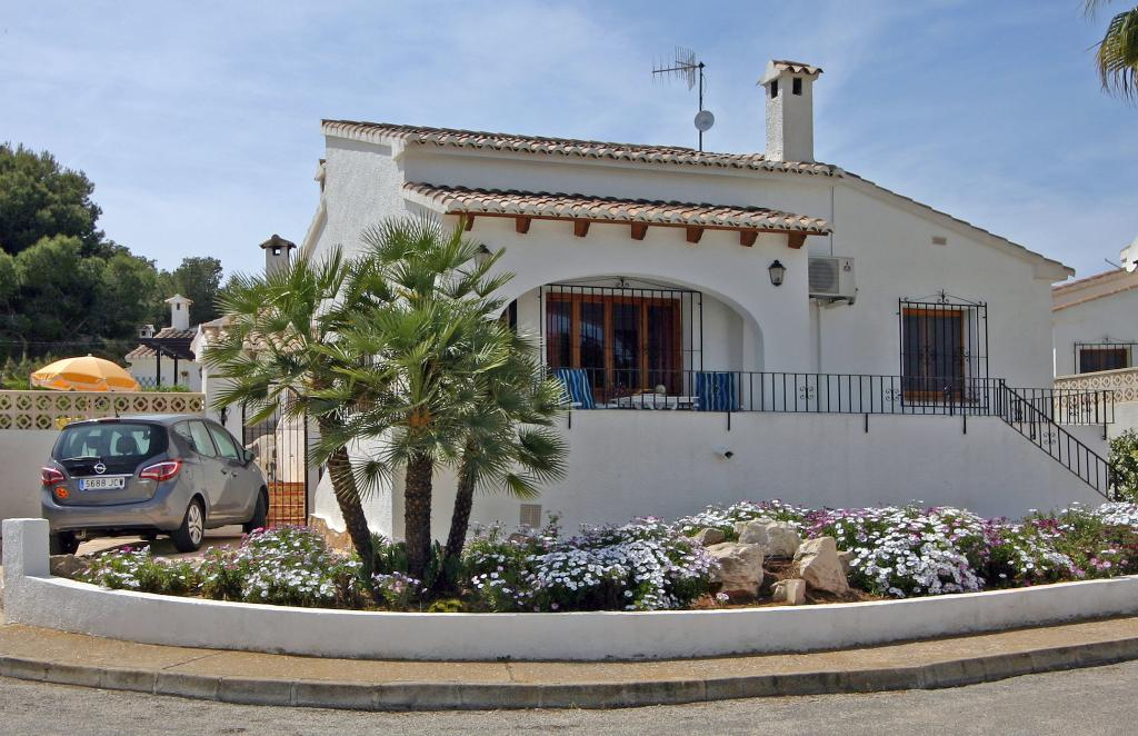 Bungalow Pauline, Beautiful and classic villa in Moraira, on the Costa Blanca, Spain  with communal pool for 6 persons.....