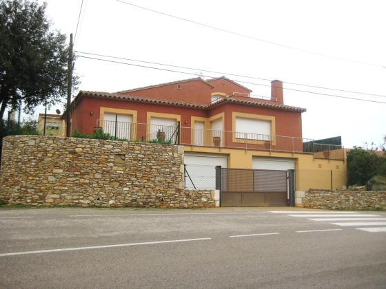 CIRCUMVALACIO  HUTG 008297, Holiday rental house for a maximum 6 people. New house situated in Begur´s town - Costa Brava. Distributed.....