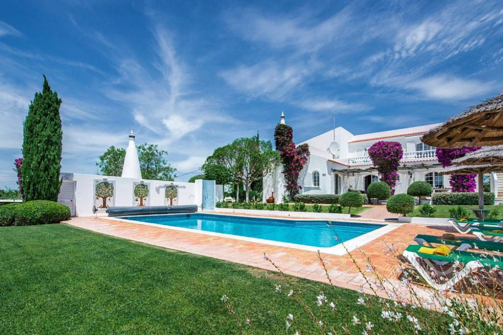 Villa Albufeira LS346, Wonderful and romantic villa in Albufeira, on the Algarve, Portugal  with private pool for 8 persons...