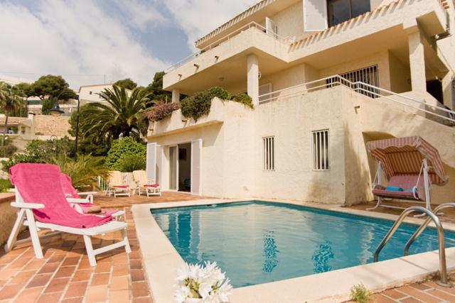 Au bord de mer, Holiday Villa rental in Altea, just 500 meters from the sea. The villa has a private pool and is located in a quiet residential.....