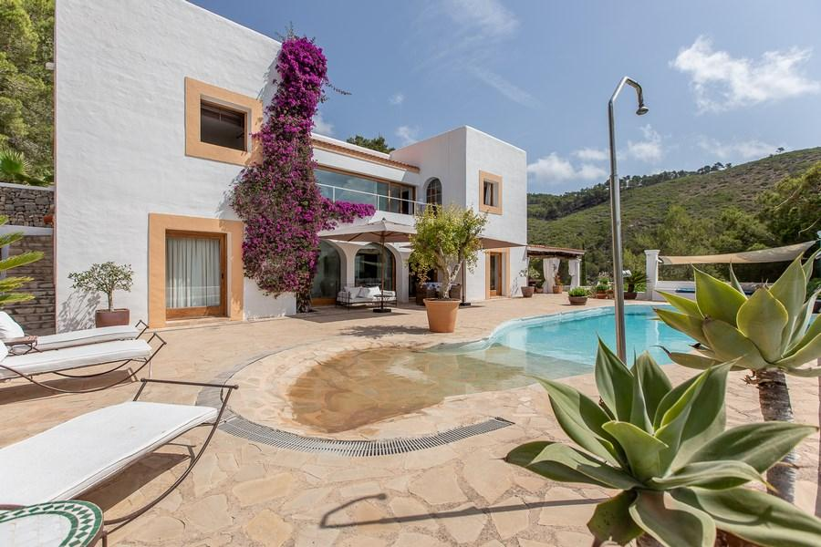 625 6p, Large and comfortable villa  with private pool in San Carlos, Ibiza, Spain for 6 persons...
