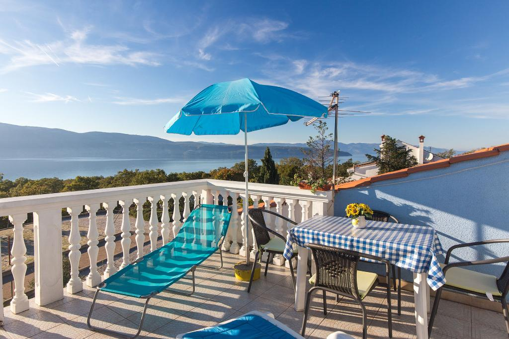 Lovely colorful sunny apartment - large terrace, sea view, private parking,, Apartamento grande y acogedor en Brzac, Island Krk, Croacia para 2 personas...