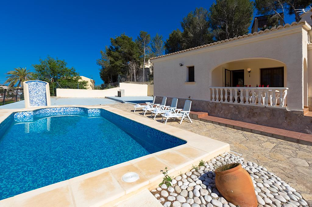 Andre 8, Beautiful and cheerful villa with private pool in Calpe, on the Costa Blanca, Spain for 8 persons. The villa is situated.....