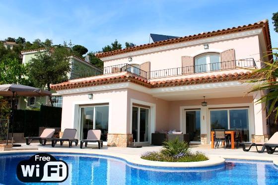 Villa ojo azul,Modern and luxury villa in Santa Cristina d'Aro, Catalonia, Spain  with private pool for 8 persons...