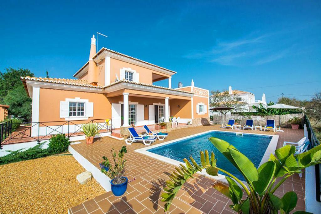 Villa albufeira ls333, Lovely and cheerful villa in Albufeira, on the Algarve, Portugal  with private pool for 6 persons...