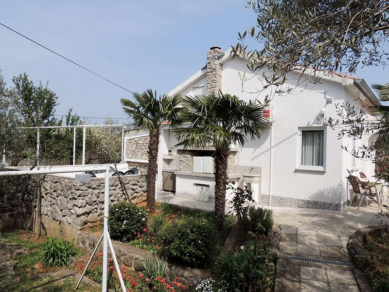 Comfortable apartment - beach nearby, private terrace, complete privacy, quiet location, Klassiek en gezellig appartement in Brzac, Island Krk, Kroatië voor 2 personen...