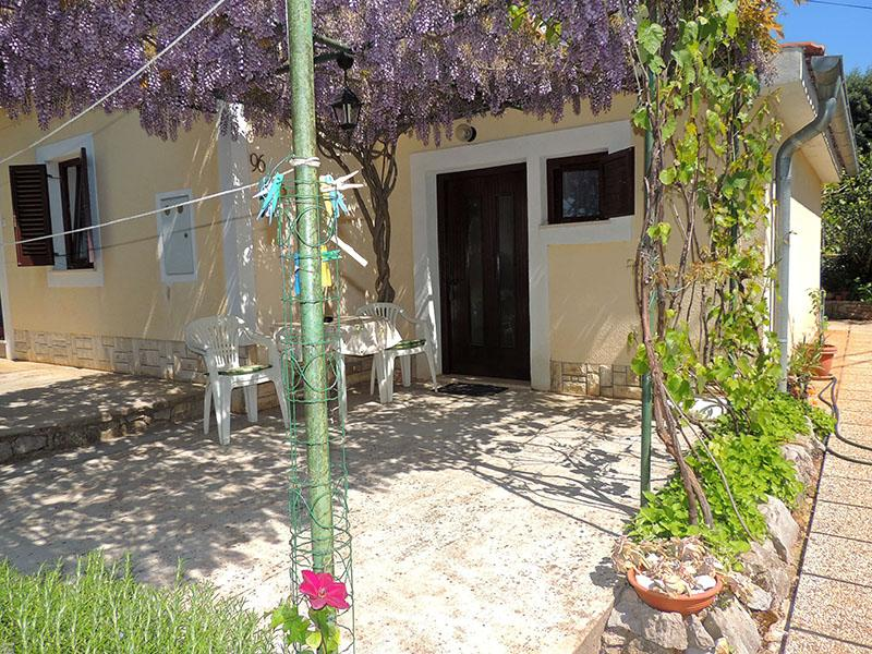 Charming couple studio - quiet location, private terrace, private parking, Mooie en gezellige studio in Brzac, Island Krk, Kroatië voor 2 personen...