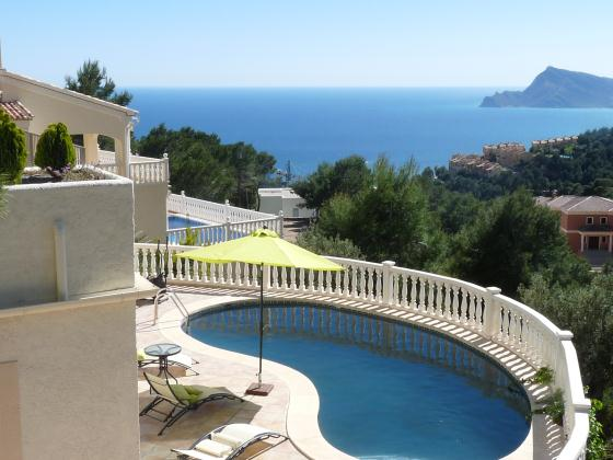Altea Buena Vista winter rental, Holiday villa in Altea Hills with private pool and marvelous sea views. The house is constructed in 2 floors.Upstairs: Entrance,.....