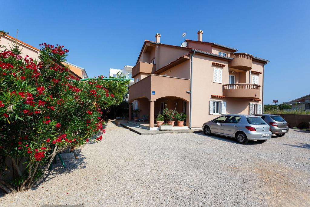 Elegant apartment - spacious, private parking, terrace, barbecue, Apartamento precioso y gracioso en Krk, Island Krk, Croacia para 4 personas...