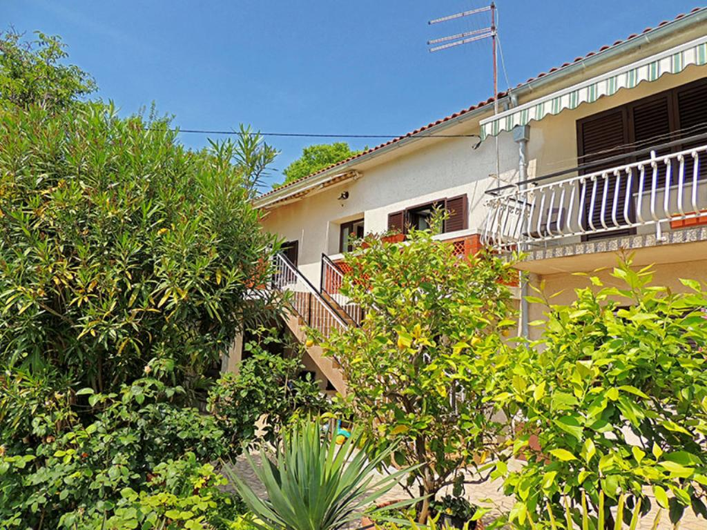 Spacious sunny apartment - quiet location, full privacy, private parking, barbecue,Large and comfortable apartment in Pinezici, Island Krk, Croatia for 5 persons...