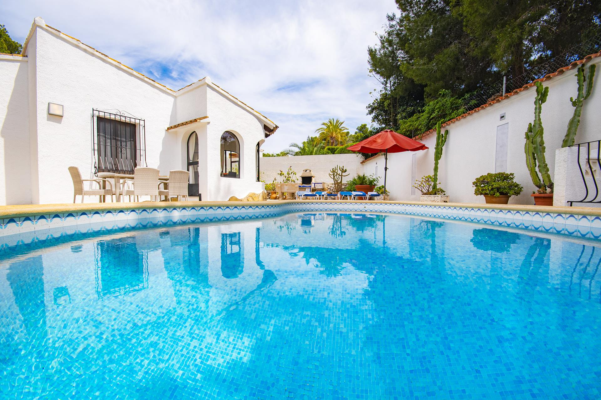 Yvonne, villa with pool for 4 personsliving accommodation and pool area with barbecue,.....