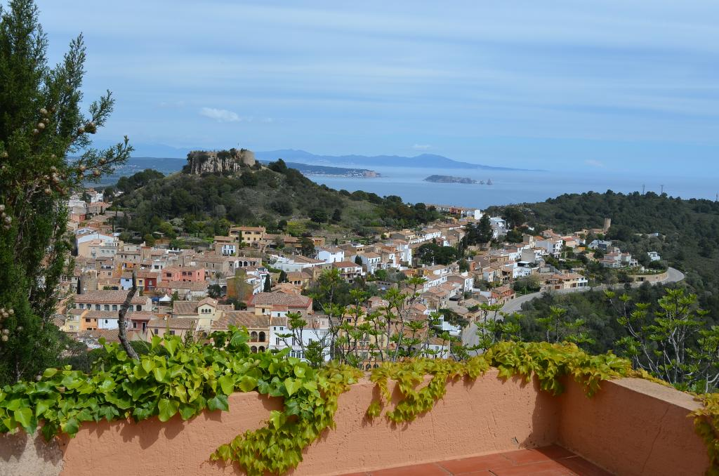 APT SINGER apartamento con  magnificas vistas al mar dispone de una gran terraza y wifi esta situada en el pueblo de Begur Costa Brava, Large and comfortable apartment in Begur, on the Costa Brava, Spain for 6 persons.....