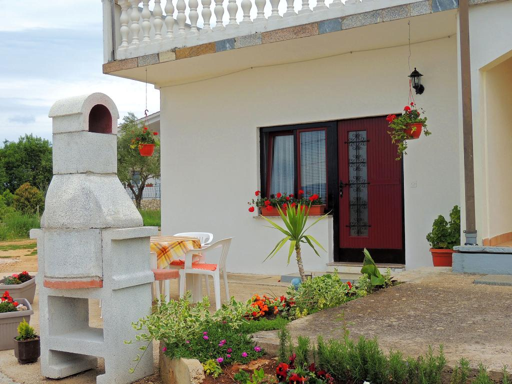 Private cheerful couple apartment - outdoor sitting area, barbecue, private parking, Прекрасный, уютный апартамент  на 2 человекa в Skrpčići, Island Krk, в Croatia...