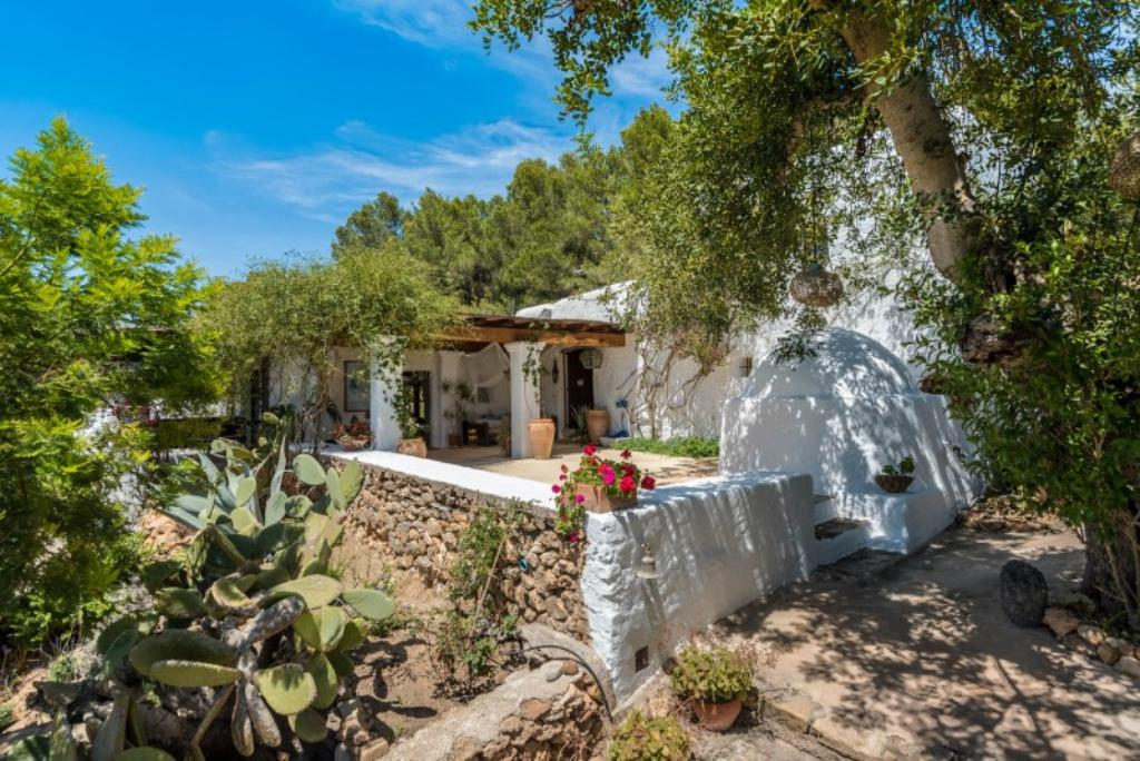 952, Large and comfortable villa  with private pool in San Carlos, Ibiza, Spain for 8 persons...