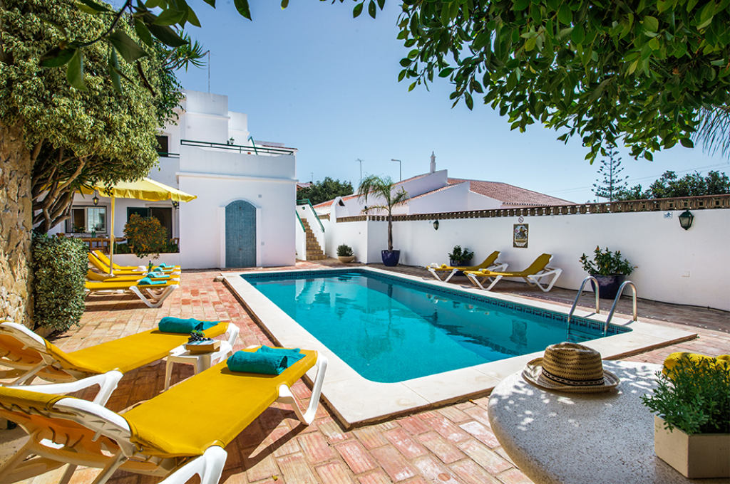 Rebela 1st floor, Beautiful and comfortable apartment with communal pool in Vale de Parra, on the Algarve, Portugal for 7 persons. The apartment.....