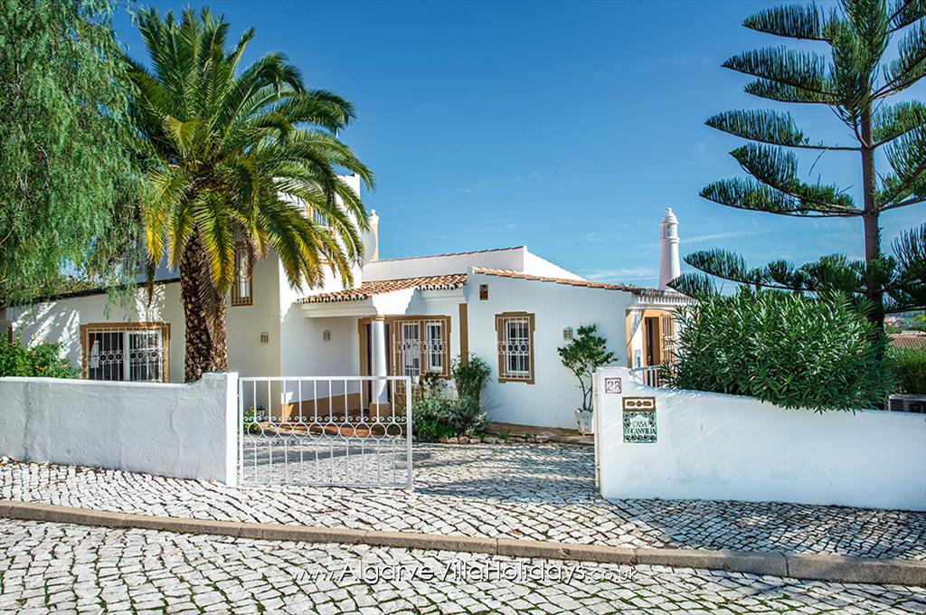 Buganvilia, Lovely and comfortable villa in Guia, on the Algarve, Portugal with private pool for 6 persons. The villa is situated in.....