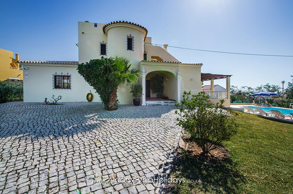 Amendoeira, Wonderful and cheerful villa in Vale de Parra, on the Algarve, Portugal with private pool for 8 persons. The villa is situated.....