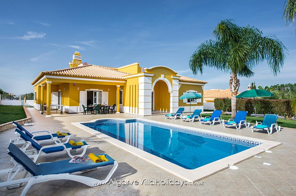 Jorge, Lovely and cheerful villa in Albufeira, on the Algarve, Portugal with private pool for 8 persons. The villa is situated.....