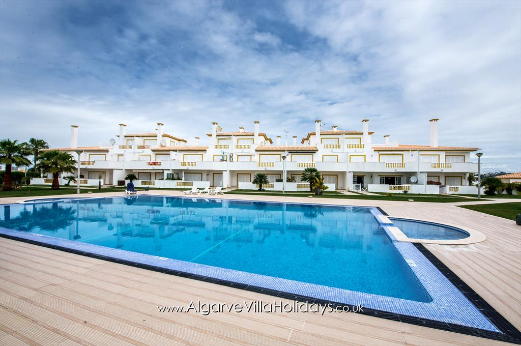 Apartment C O Monte, Lovely and comfortable apartment with communal pool in Galé, on the Algarve, Portugal for 4 persons. This resort.....