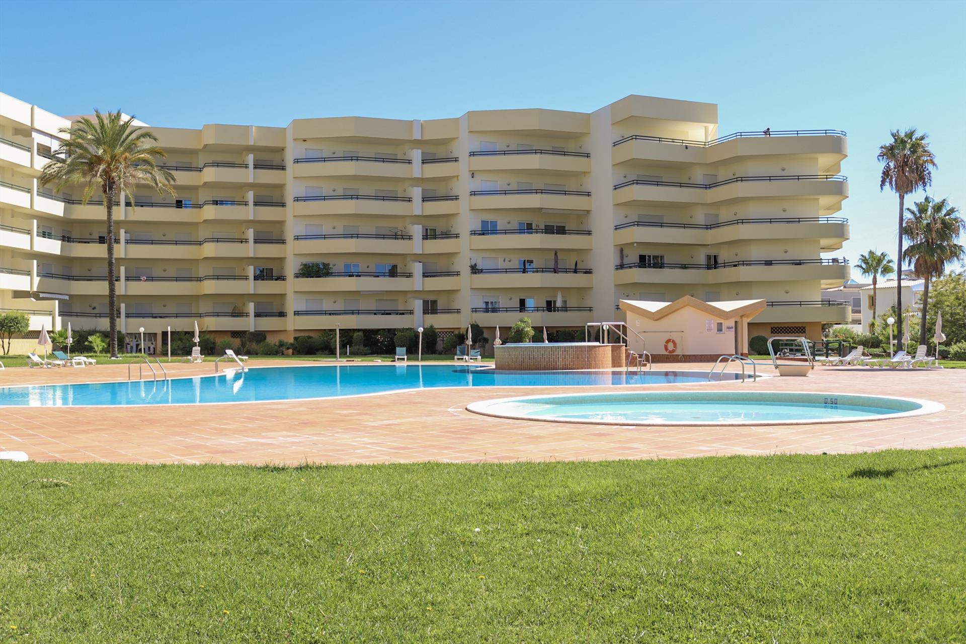 Apartment Galé Mar 11, Lovely and romantic apartment in Galé, on the Algarve, Portugal  with communal pool for 6 persons.....