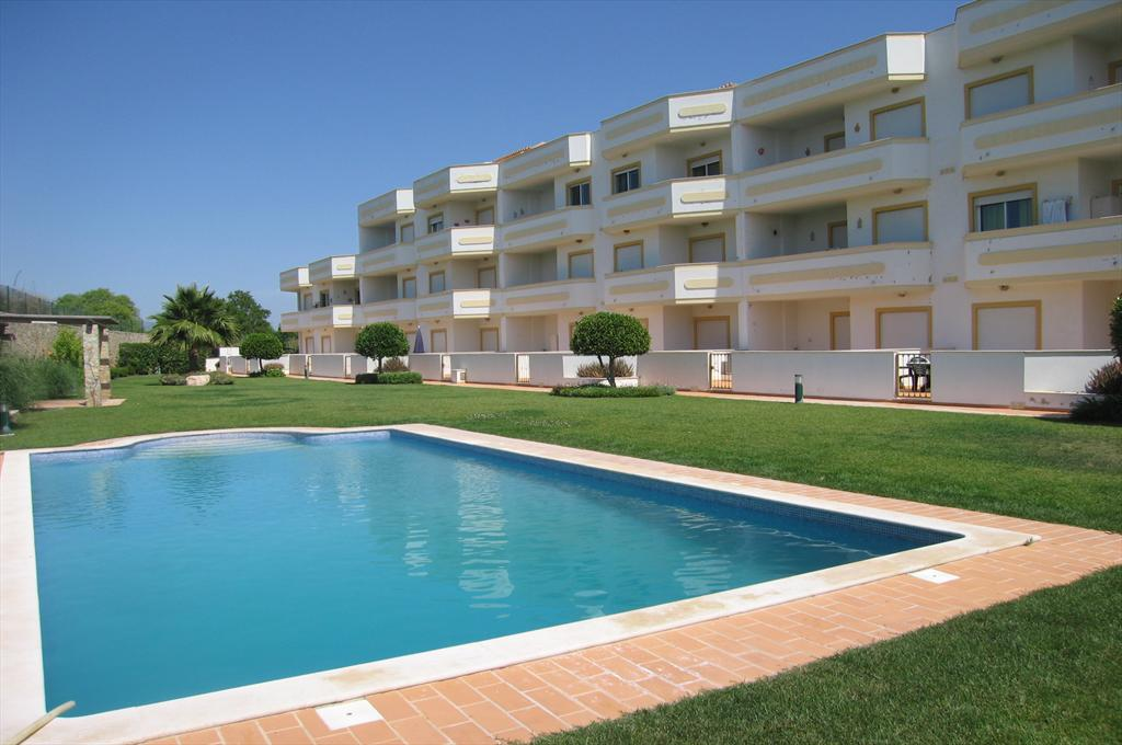 Apartment B Jardim Paraíso, Lovely and cheerful apartment in Guia, on the Algarve, Portugal for 4 persons. This resort accommodation is situated in.....