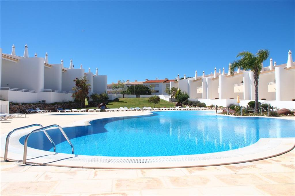 Apartment Aldeia da Galé, Beautiful and nice apartment with communal pool in Galé, on the Algarve, Portugal for 4 persons. The apartment is.....